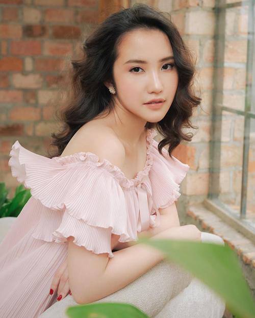 Không còn vẻ cool ngầu thuở nhỏ, ở tuổi 26, cô gái Sài thành giờ đã thành mỹ nhân nữ tính, thừa hưởng nhiều đường nét thanh tú từ mẹ.