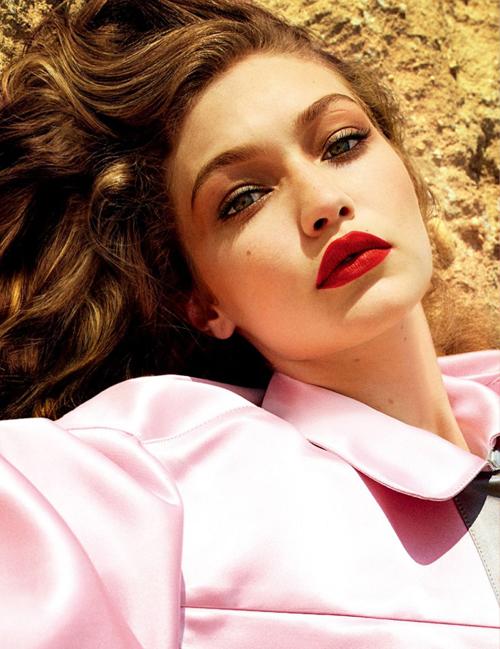 Cô chị Gigi sinh năm 1995. Cô sở hữu vẻ đẹp ngọt ngào, mang dáng dấp của những minh tinh thập niên 50. Cũng nhờ điều này nên Gigi không chỉ đắt show catwalk mà còn cả chụp hình, quảng cáo.