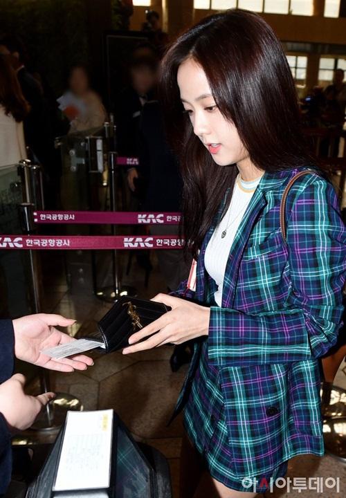 Ji Soo mặc cả set đồ kẻ, áo phông trắng để tạo sự hài hòa, tránh rồi mắt.