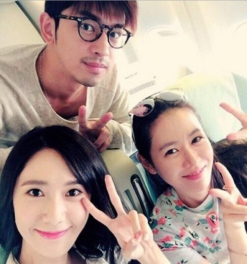 Hẳn nhiều người sẽ ngạc nhiên khi biết Yoon Ah có mối quan hệ thân thiết với Son Ye Jin. 2 ngôi sao thích thú khi gặp nhau trên máy bay.