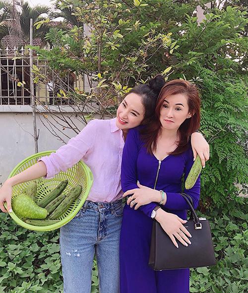 Angela Phương Trinh mặc đồ giản dị như sinh viên bên mẹ sành điệu.