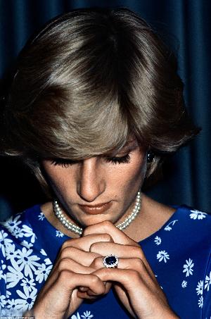 Thái tử Charles đã tặng chiếc nhẫn này cho Công nương Diana năm 1981. Nó có giá 500.000 USD.