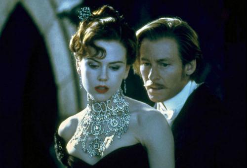 Duke tặng cho Satine chiếc vòng trong phim Moulin Rouge! Nó có giá 10 triệu USD.