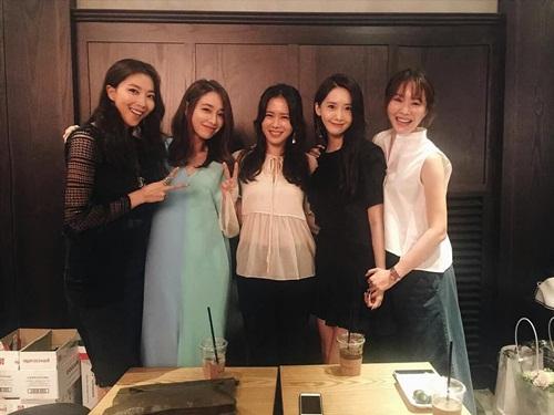 Gần đây, Yoon Ah cũng đã gia nhập hội bạn thân gồm toàn những nữ diễn viên đình đám xứ Hàn.