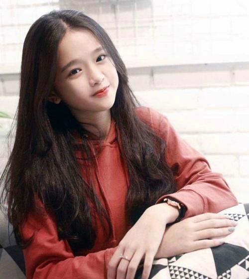 Linh Ka là gương mặt 10x không còn xa lạ với giới trẻ hiện nay. Linh Ka có tên thật là Chu Diệu Linh, sinh năm 2002 tại Hà Nội. Linh Ka nổi tiếng nhờ gương mặt xinh xắn, đáng yêu và tài cover các ca khúc nổi tiếng.
