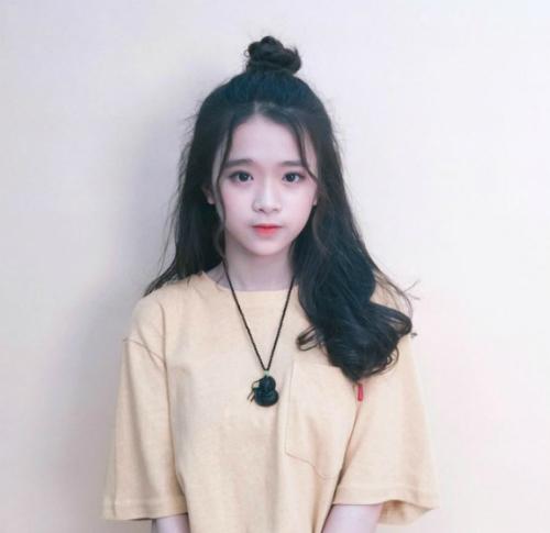 Mới 15 tuổi nhưng hot girl 10x đã sở hữu một lượng fan khổng lồ, được nhiều người quan tâm và yêu mến. Linh Ka có hơn 1,4 triệu người theo dõi trang Facebook cá nhân và hơn 300.000 lượt subscribe YouTube, thể hiện độ phủ sóng mạnh mẽ và tầm ảnh hưởng của cô nàng.