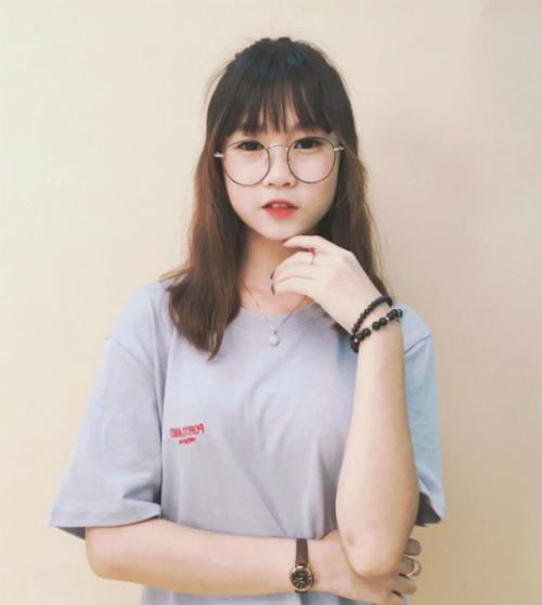 Chi Bé hiện là gương mặt được nhiều bạn trẻ quan tâm. Cô nàng được biết đến bởi những bản cover đình đám trên Muvik TV, Facebook và YouTube. Sở hữu gương mặt dễ thương, hồn nhiên nên Chi Bé gây được ấn tượng tốt cho người xem.