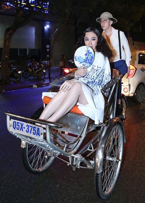 Được mệnh danh là nữ hoàng thảm đỏ, Angela Phương Trinh khiến ai cũng phải bái phục vì trình độ sáng tạo không giới hạn. Cô gái lắm chiêu luôn giúp mình trở thành tâm điểm với những cách lên thảm đỏ như đi xích lô...