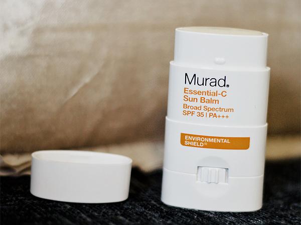 Murad là thương hiệu chăm sóc và điều trị các vấn đề của da của Mỹ được thành lập từ năm 1989, nổi tiếng với các sản phẩm cho da mụn, tổn thương. Thanh lăn chống nắng của hãng có chiết xuất từ bông cải xanh giúp tăng cường độ chống nắng tự nhiên của làn da, bơ vỏ quýt giúp khóa độ ẩm và cho làn da cảm giác mượt mà. Thiết kế dạng thỏi rất dễ sử dụng và tiết kiệm, thích hợp với những nàng da hỗn hợp dầu. Giá tham khảo: 800k.