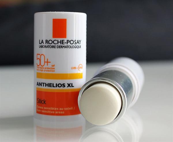 Các sản phẩm chống nắng của La Roche Posay nổi tiếng vì độ dịu nhẹ, thích hợp với cả da nhạy cảm và thanh lăn chống nắng cũng không ngoại lệ. Với thiết kế nhỏ gọn, bạn có thể dùng sản phẩm này cho những vùng nhỏ nhất như cánh mũi, khóe miệng... Ngoài chỉ số SPF 50, thỏi chống nắng của La Roche Posay còn ngăn cản được cả tia UVA và UVB. Giá tham khảo: 300k.