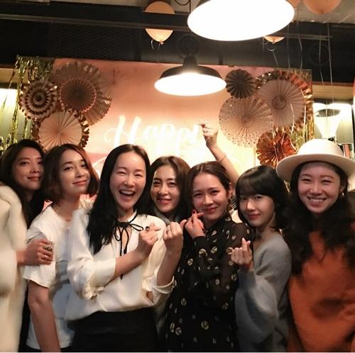 Hội chị đẹp gồm Oh Yoon Ah, Lee Min Jung, Uhm Ji Won, Song Yoon Ah, Son Ye Jin, Gong Hyo Jin thường xuyên gặp nhau tổ chức tiệc sinh nhật, không bao giờ vắng mặt tại các sự kiện công chiếu phim của thành viên trong nhóm.
