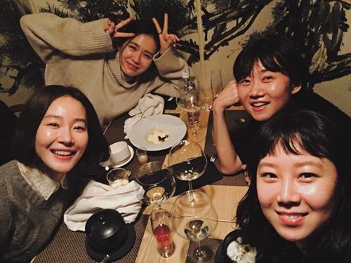 Hai chị đại của dòng phim truyền hình Hàn là Son Ye Jin - Gong Hyo Jin cũng là bạn thân thiết, thường hẹn hò ăn uống.