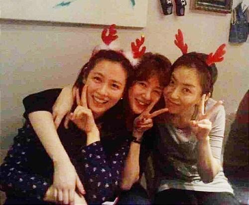 Bộ ba gồm Son Ye Jin - Yoon Eun Hee - Song Yoon Ah cùng tổ chức tiệc Giáng sinh.
