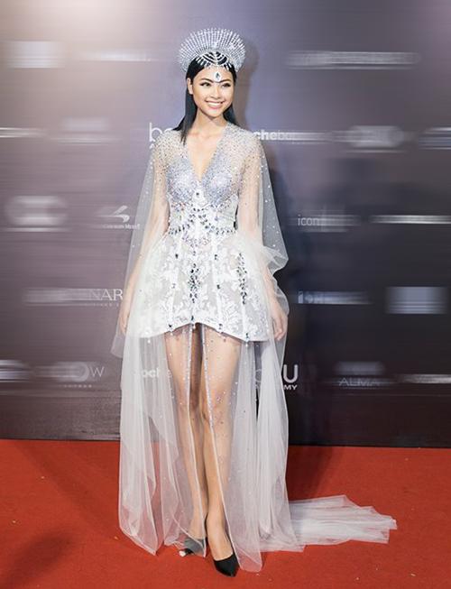 Nỗ lực hóa nữ thần Mặt trời của Top 5 Hoa hậu Việt Nam 2016 Đào Thị Hà thất bại vì mọi thứ trên trang phục của cô đều bị làm quá, từ chiếc váy siêu nhiều tầng lớp cho đến vương miện khó hiểu.