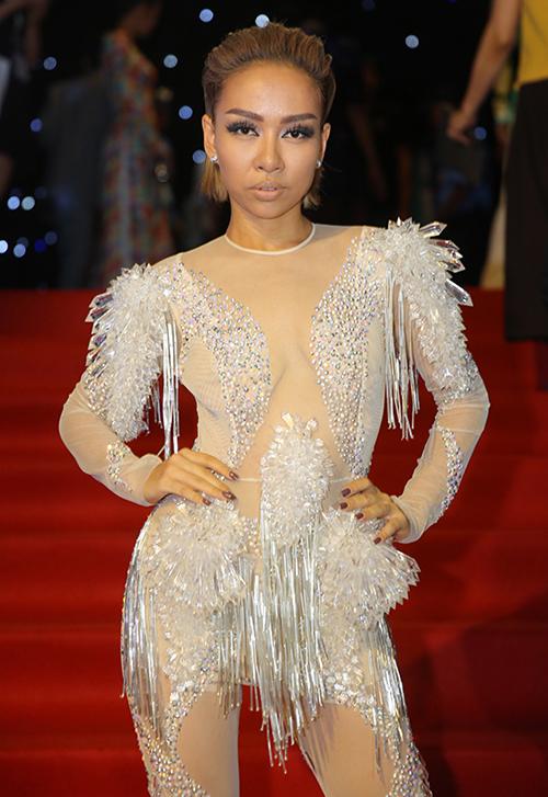 Thảo Trang nhầm lẫn thảm đỏ của sự kiện thời trang với sân khấu ca nhạc nên mang đến một bộ cánh tầng tầng lớp lớp kim sa hạt lựu nhức mắt. Chưa kể trang phục của cô còn bị nghi copy ý tưởng của ca sĩ nước ngoài.