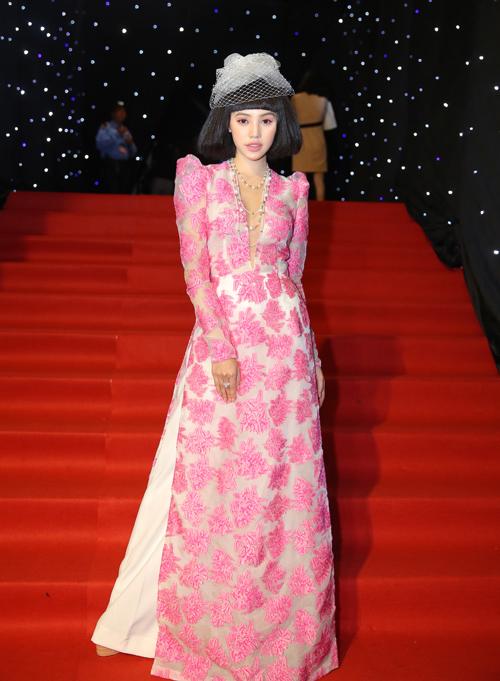 Nhìn diện mạo của Jolie Nguyễn, ít ai nghĩ cô đang ở độ tuổi đôi mươi vì từ trang phục cho đến phụ kiện đi kèm đều quá già dặn.