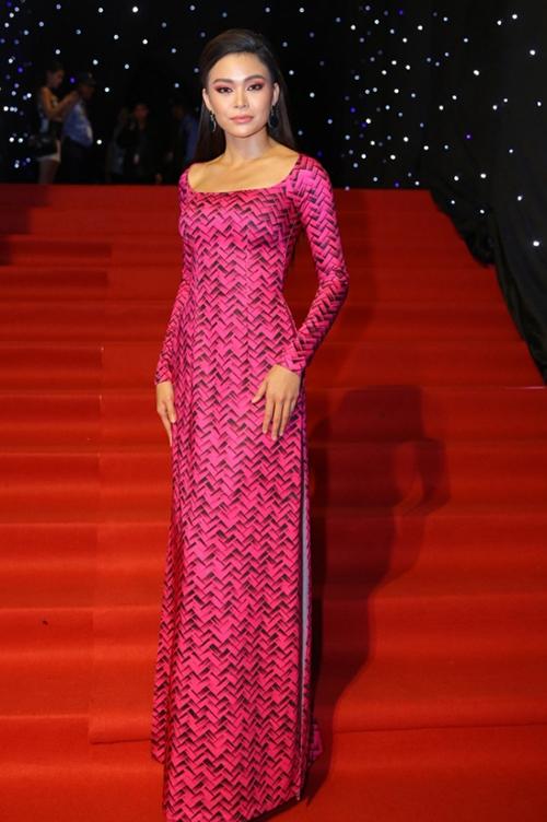 Bộ áo dài của Mâu Thủy tuy không quá rườm rà nhưng thiết kế cổ vuông lại khiến cô trông già dặn kiểu quý bà.