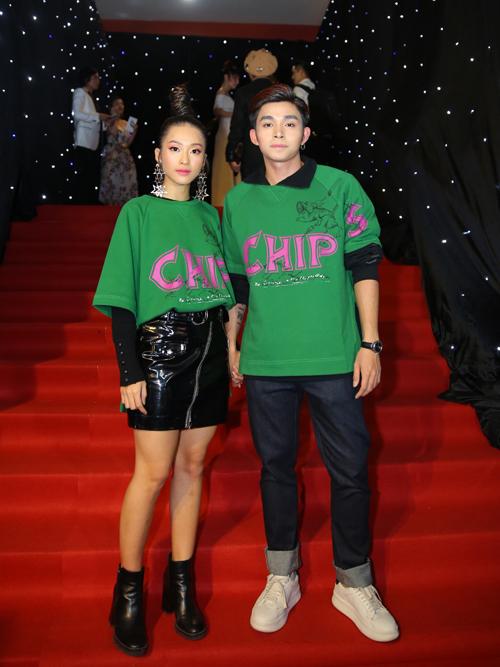 Khả Ngân và Jun Phạm mặc đồ đôi để chứng minh sự thân thiết. Tuy nhiên chiếc áo phông màu xanh lá cây trông chẳng khác gì... áo đồng phụclớp nên dù mix-match kiểu gì cũng thiếu tính thời trang.