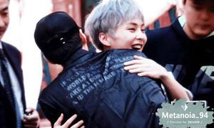 'Fan boy điển trai' gây náo loạn buổi ký tặng của EXO-CBX