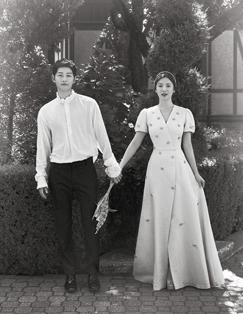 Sau khi được Song Hye Kyo mặc chụp hình cưới, chiếc váy Bride And You sang trọng này trở nên nổi tiếng và được rất nhiều cô gái yêu thích. Tuy nhiên mức giá 50 triệu đồng khá đắt đỏ nên không phải ai cũng có thể sở hữu.