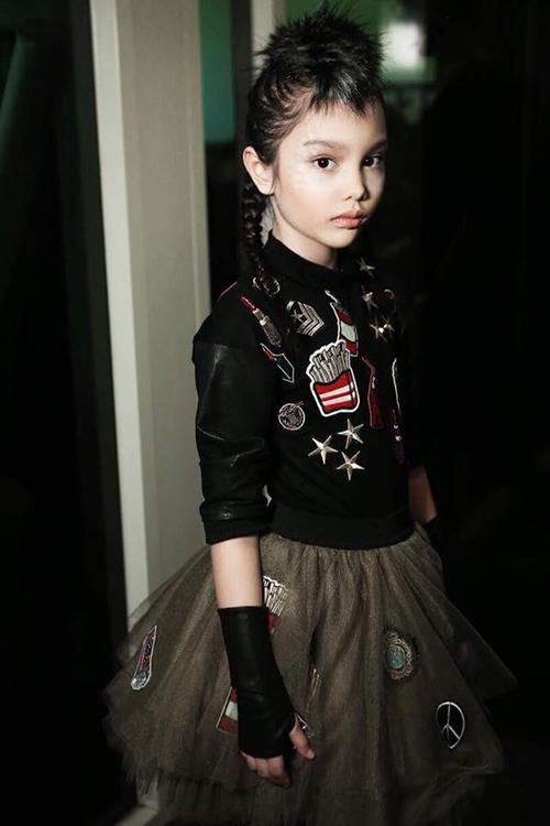 Chị Yến, phụ huynh Alex chia sẻ: Alex từ nhỏ đã có niềm đam mê với thời trang nên tôi muốn con được phát huy sở thích và năng khiếu của mình. Năm 7 tuổi, tôi bắt đầu cho bé theo học cô Xuân Lan. Tôi thấy bé dạn dĩ, chuyên nghiệp và tự lập hơn thấy rõ.