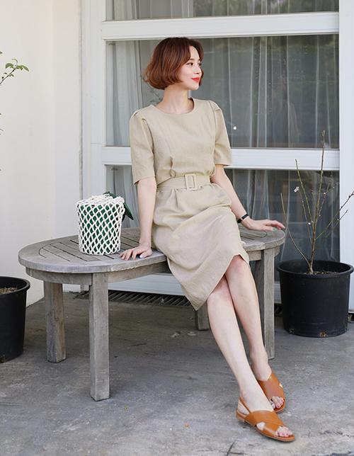 Điểm nhấn bồng ở tay giúp chiếc váy trơn màu trở nên nổi bật hơn mà không cần đến bất cứ phụ kiện nào. Giày dép phối cùng bạn cũng chỉ cần chọn kiểu thật đơn giản.