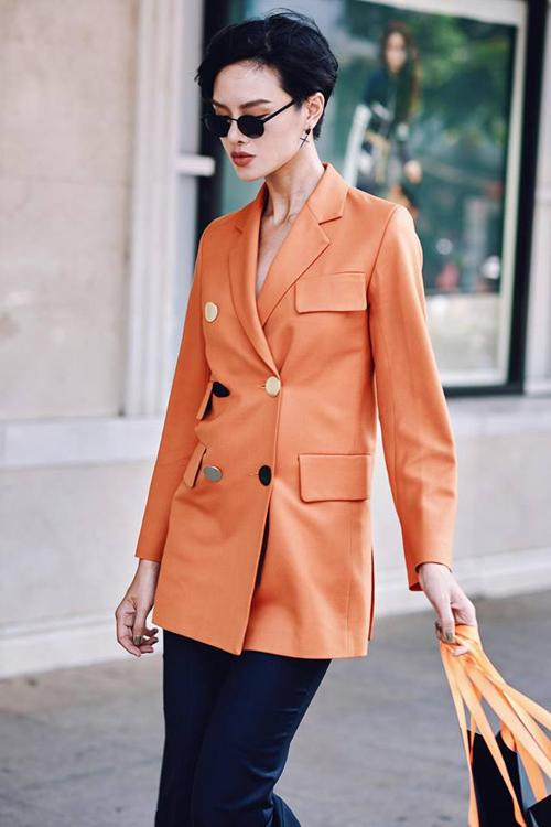 Nên: Việc mặc đồ rối rắm chỉ khiến những người xung quanh thấy đau mắt. Nếu muốn thể hiện gu ăn mặc tinh tế, hãy chọn những trang phục tối giản nhưng bắt nhịp đúng xu hướng thời trang thế giới. Một bộ trang phục đẹp không nên có quá 3 màu sắc hoặc họa tiết đan xen.