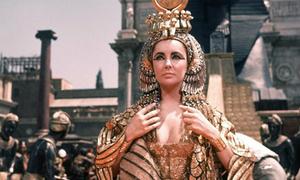 Khoảnh khắc lộng lẫy của nàng Cleopatra 'lẳng lơ' nhất màn ảnh