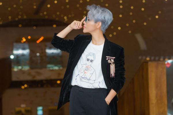 Điểm nhấn cho bộ vest màu đen là chiếc ghim cài Chanel trị giá 40 triệu, phối cùng đôi giày tự mix Gucci và Dolce trị giá khoảng 30 triệu,chiếc áo thun bên trong in hình chính mình.
