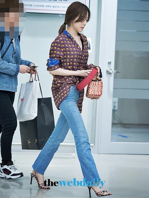 Thời tiết chuyển hè khiến sao Hàn bắt đầu ưa chuộng những chiếc áo sơ mi . Yae Yeon kết hợp quần jean, giày họa tiết vuông đậm chất retro.