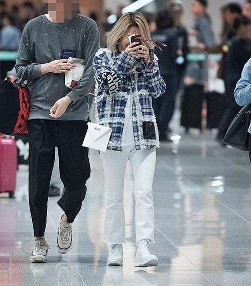 Hyo Yeon hài hước che mặt khi thấy các fan. Cô nàng cũng chọn họa tiết kẻ ăn ý với Tae Yeon khi cùng ra sân bay.