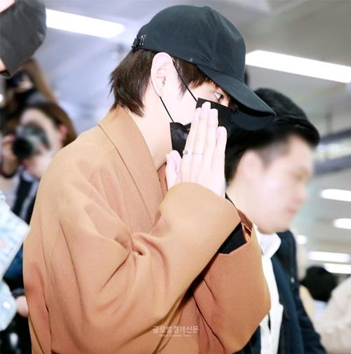 Mũ, khẩu trang đen là những item không thể thiếu khi V muốn che vẻ mệt mỏi trước ống kính.
