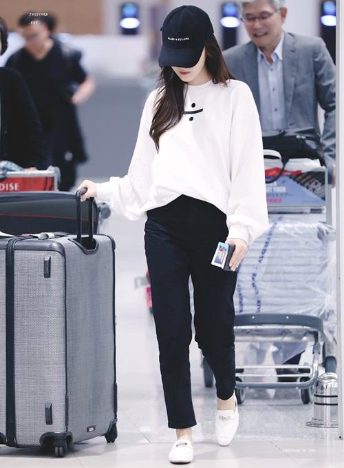 Trang phục tối giản, chủ yếu chỉ có 2 tông màu và cách mix đồ ưa thích của Jessica. Kiểu quần thể thao đang rất phổ biến. Nữ ca sĩ sử dụng sản phẩm do bản thân thiết kế.