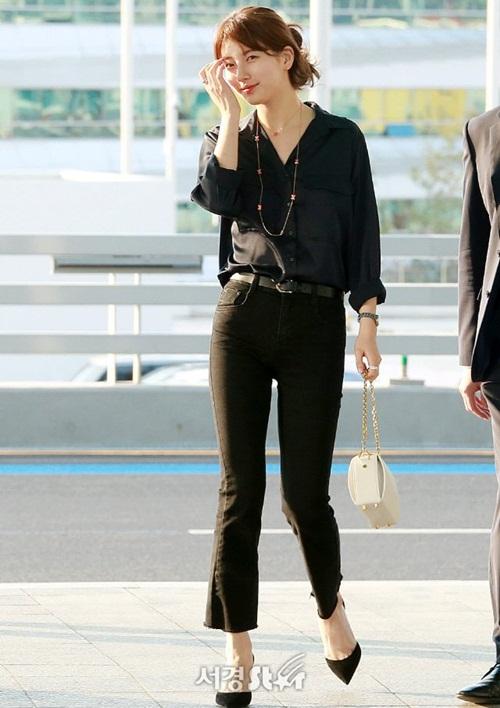 Ngày 25/4, Suzy đến Hong Kong dự sự kiện. Nữ ca sĩ chọn cây đồ đen thanh thịch, túi hồng và phụ kiện nữ tính.