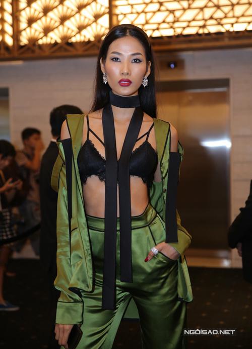 Nhiều trang phục của Á hậu Hoàn vũ Việt Nam 2017 bị chê phản cảm vì trông chẳng khác gì... chạy vội từ phòng ngủ lên thảm đỏ.