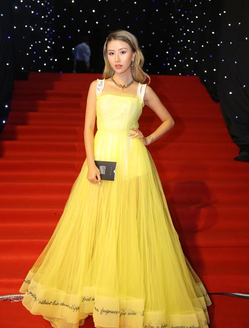 Được đánh giá là hot girl có gu thời trang đáng học hỏi nhất hiện nay nhưng Quỳnh Anh Shyn lại không giữ được phong độ mỗi khi lên thảm đỏ. Có lẽ áp lực phải nổi bật khiến cô nàng thường xuyên chọn đồ sai lầm, không phù hợp với màu da ngăm và bị làm quá.