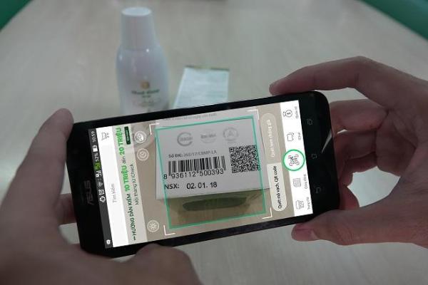 Quét mã vạch truy xuất nguồn gốc sản phẩm bằng ứng dụng iCheck Scanner.