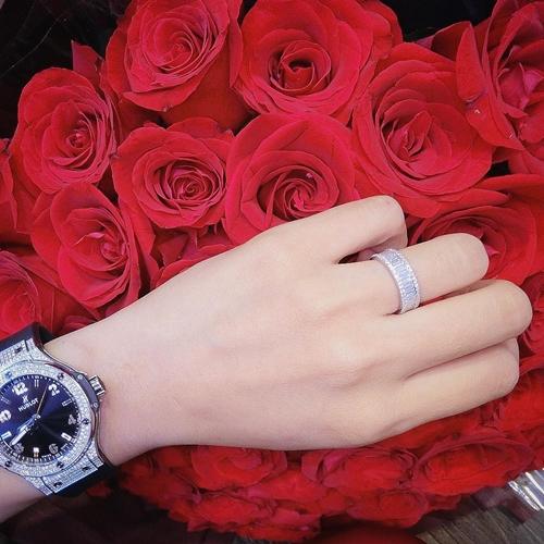 Nhiều người chú ý đến chiếc nhẫn cầu hôn mà Diệp Lâm Anh được bạn trai đeo cho. Nó được nạm đầy kim cương lấp lánh xung quanh. Dù không tiết lộ giá trị của nhẫn cầu hôn nhưng đây là món quà khủng do bạn trai thiếu gia chuẩn bị để cầu hôn Diệp Lâm Anh.