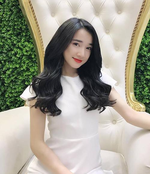 Giữa ồn ào scandal tình cảm, Nhã Phương vẫn hưởng thụ cuộc sống khá vui vẻ. Cô nàng khoe vừa đi nối tóc dài bồng bềnh.