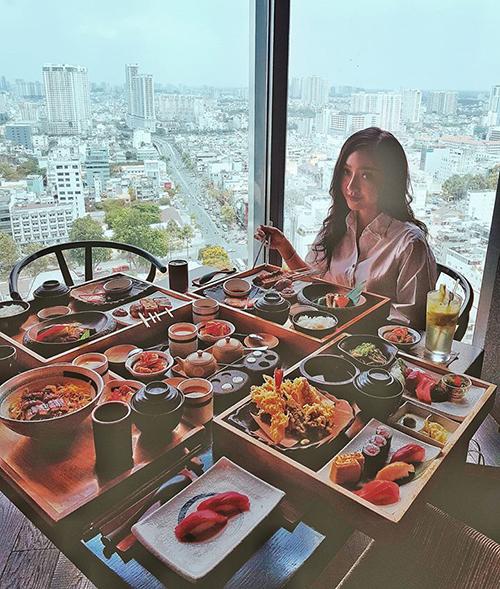 Băng Di khiến fan chóng mặt với bàn tiệc đầy ắp sushi ngon mắt.