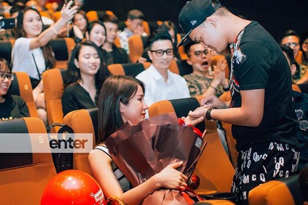 Ngày 26/4, Diệp Lâm Anh được bạn trai cầu hôn trong rạp chiếu phim trước sự chứng kiến của nhiều bạn bè. Chồng sắp cưới của nữ diễn viên chuẩn bị clip, hoa, nhẫn để nói câu làm vợ anh nhé khiến bạn gái bật khóc vì xúc động.