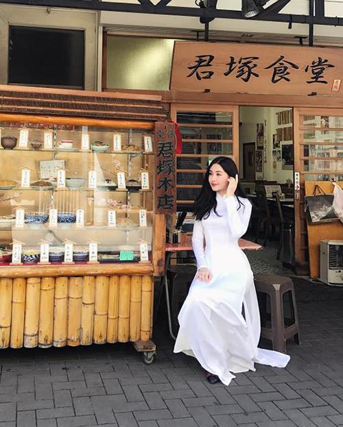 Lê Âu Ngân Anh diện áo dài trắng tinh khôi trên đường phố Nhật Bản.