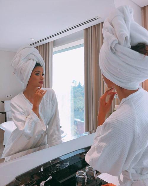 Phạm Hương sang chảnh như quý tộc khi quấn khăn tắm lên đầu.