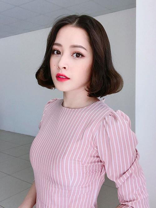 Chi Pu được khen xinh như Bạch Tuyết với kiểu tóc ngắn uốn cụp cùng lối trang điểm da trắng, môi đỏ.