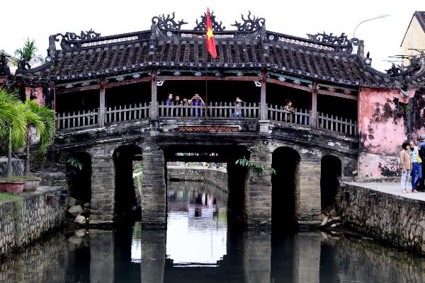 Ngắm Sông Hoài  Chùa Cầu cùng Pepsi Black Bomber  Nhắc đến Hội An là nhắc đến một trong những thành phố cũ kĩ với những con hẻm rêu phong, những mái nhà ngói san sát nhau, với những đốm sáng rực rỡ của bao chiếc đèn lồng. Nhưng với một số người, đọng lại về chuyến du lịch Hội An là hình ảnh Chùa cầu nằm lặng yên trầm mặc vào buổi sáng, lung linh muôn ánh đèn lúc đêm xuống. Hơn cả một cây cầu nối, Chùa Cầu đã trở thành cây cầu mời gọi du khách từ khắp các vùng miền viếng thăm, trở thành một biểu tượng tâm linh gắn bó với nếp sinh hoạt của người dân nơi đây.