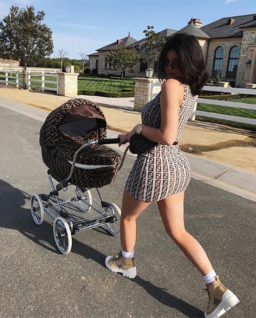 Kylie Jenner hạ sinh công chúa đầu lòng vào hồi tháng 2 năm nay. Chỉ sau 1 tháng, hot girl đình đám đã tích cực khoe vóc dáng như chưa từng sinh nở trên trang cá nhân.