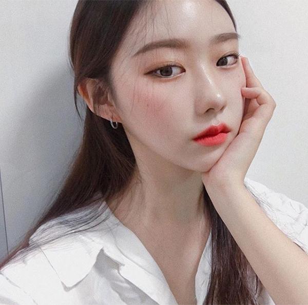 Bí quyết để làn da trông căng bóng hơn đó là sử dụng highlight đúng chỗ. Học hỏi các cô gái Hàn, bạn nên phủ một lớp nhũ sáng lên sống mũi và trêngò má, tạo cảm giác như da đang ánh bóng lên đầy tự nhiên.