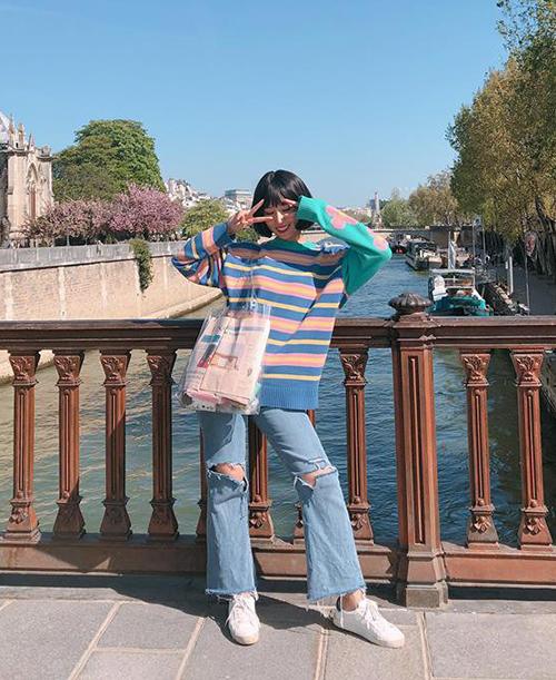 Cô nàng sử dụng rất nhiều kiểu túi xách hay ho, độc đáo để làm điểm nhấn cho trang phục. Túi PVC trong suốt như cô đang đeo là một trong những xu hướng đáng sắm hè này.
