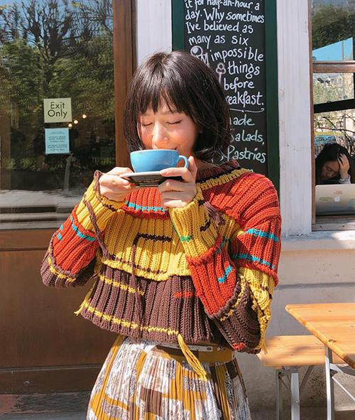 Hàng loạt trang phục khó mặc như áo len nhiều màu sắc, váy hoa nhí, đồ họa tiết... được cô nàng kết hợp cùng nhau nhưng trông không hề lòe loẹt mà vẫn ăn rơ lạ kỳ.