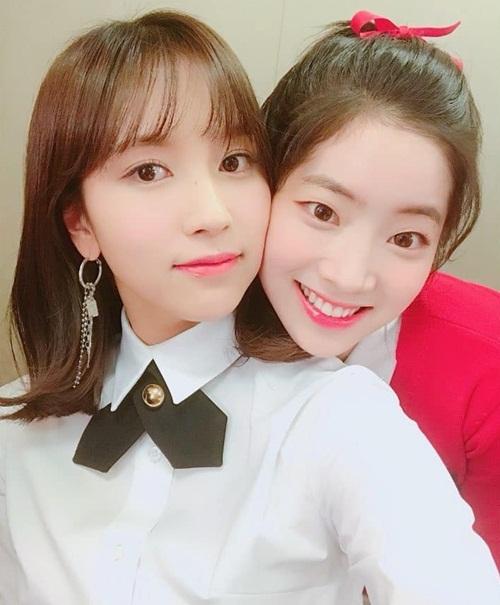 Mina và Da Hyun (Twice) kề vai áp má cực tình cảm.